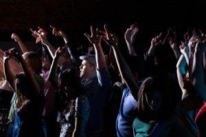 Quand fidèles et clubbers se partagent une discothèque