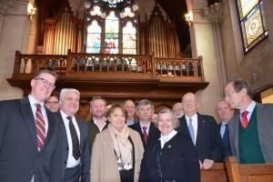 Mme Fuselier, présidente de la Communauté de Commune et Conseillère Générale, B. de Cazenove, président du Conseil régional, entourés des paroissiens et des membres de la fondation américaine.