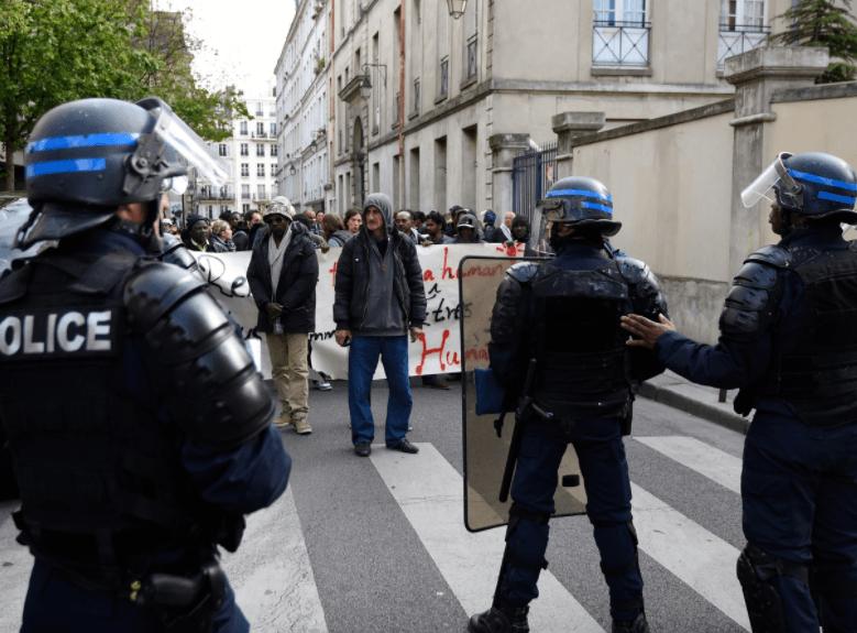 Face à face entre des CRS et des manifestants le 29 avril 2016 dans le 19e arrondissement de Paris.