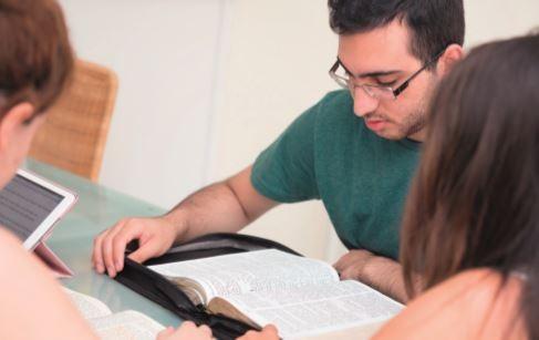 Entraide et lecture de la Bible