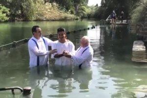 """""""Slater"""" de Sauvés par le gong baptisé dans le Jourdain"""