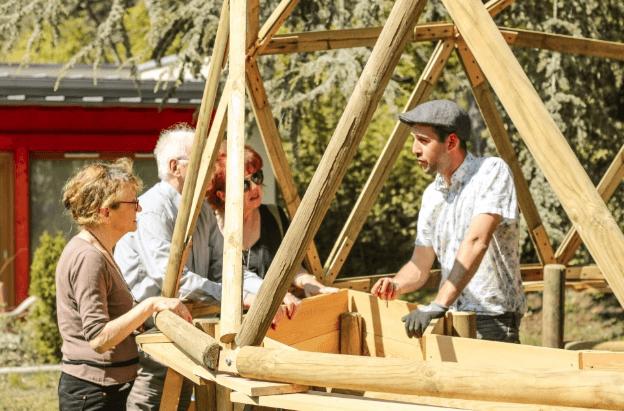 Jeunes et personnes âgées cultivent leur jardin