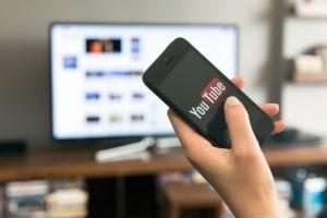 « Fake news » : YouTube en guerre contre les complotistes