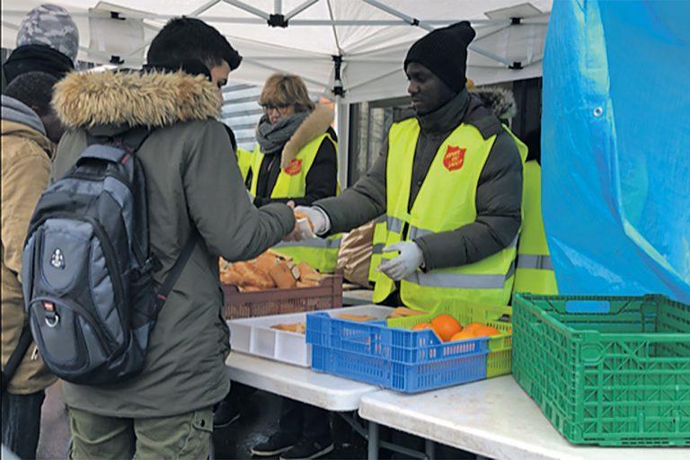 Distribuer des repas aux migrants