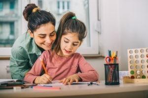 Doit-on aider les enfants à faire leurs devoirs ?