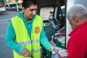Canicule : donner de l'eau aux sans abri