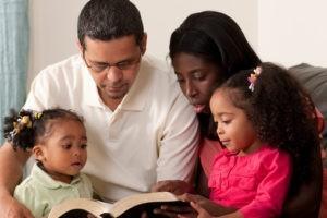 Sept idées créatives pour développer la prière en famille