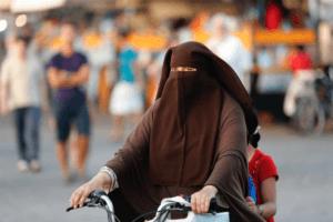 Des femmes de djihadistes et leurs enfants rentrent en France