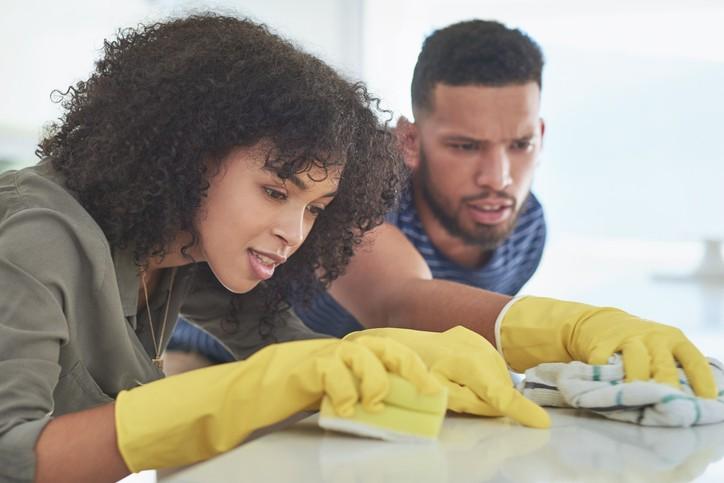 Tâches ménagères : une répartition qui évolue peu