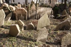 Des Veilleurs de mémoire pour les cimetières juifs en Alsace