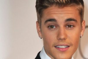 Justin Bieber guide ses fans dans la prière