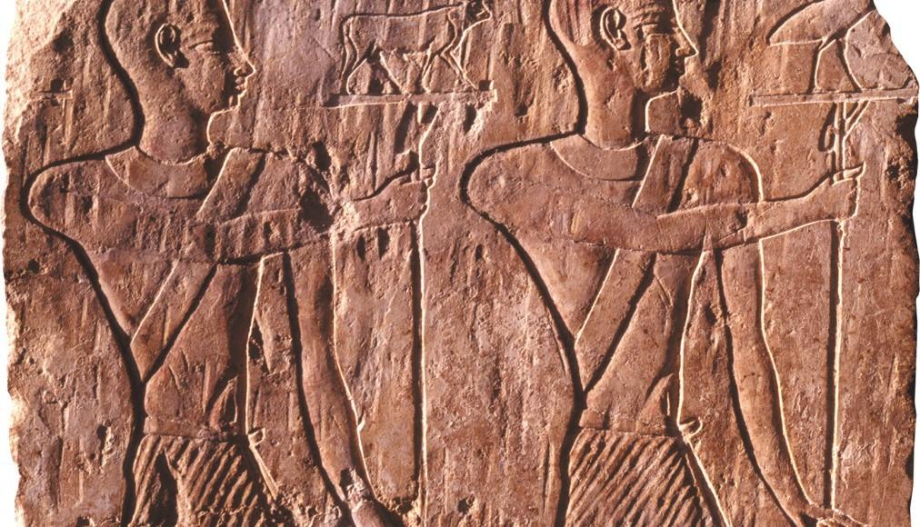 Stèle égyptienne : deux prêtres portent des pavois représentant le taureau Apis et l'ibis symbolisant le dieu Thot. Relief en calcaire, Egypte, Basse Epoque ou époque gréco-romaine, 664 av. J.-C. – 395 apr. J.-C ©musée Bible+Orient