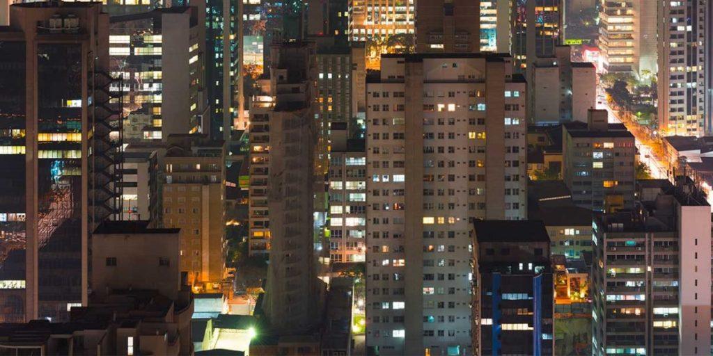 Les Brésiliens chantent depuis leurs fenêtres