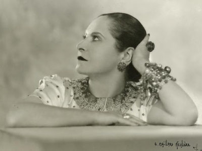 Hélène Rubinstein poste la tête soutenue par son coude