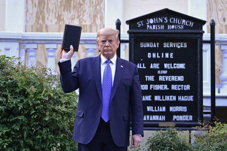 Donald Trump et sa Bible : les raisons d'un coup médiatique