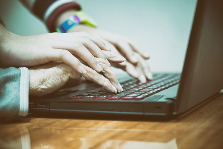 Internet : des jeunes au secours des vieux